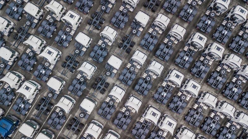 Воздушное взгляд сверху белой автостоянки трейлера груза, компановки трейлера стоковое изображение