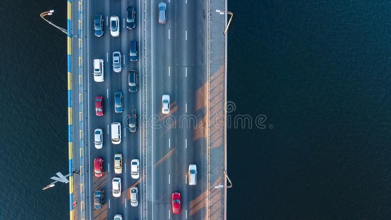Воздушное взгляд сверху варенья автомобильного движения дороги моста много автомобилей сверху, транспорт города стоковое изображение rf