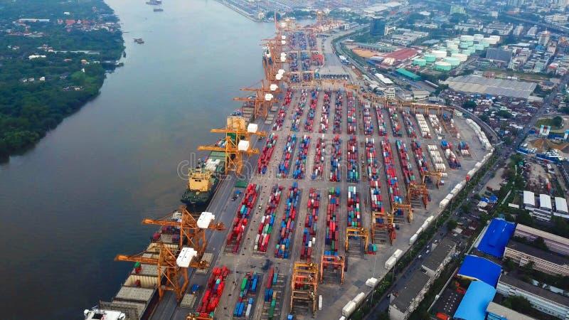 Воздушное взгляд сверху грузового корабля контейнера в экспорте и импорте стоковые изображения rf