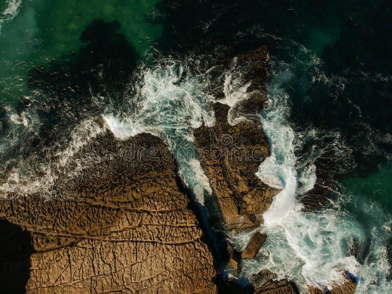 Воздушное взгляд сверху моря развевает ударяющ утесы на пляже с морской водой бирюзы Изумительный seascape скалы утеса в португал стоковая фотография rf
