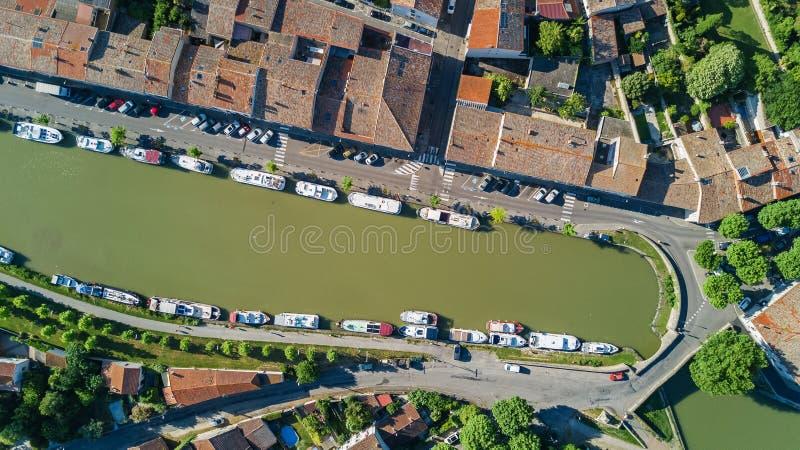Воздушное взгляд сверху шлюпок и замка в канале du Midi, дороге и мосте сверху, Франция стоковые фотографии rf