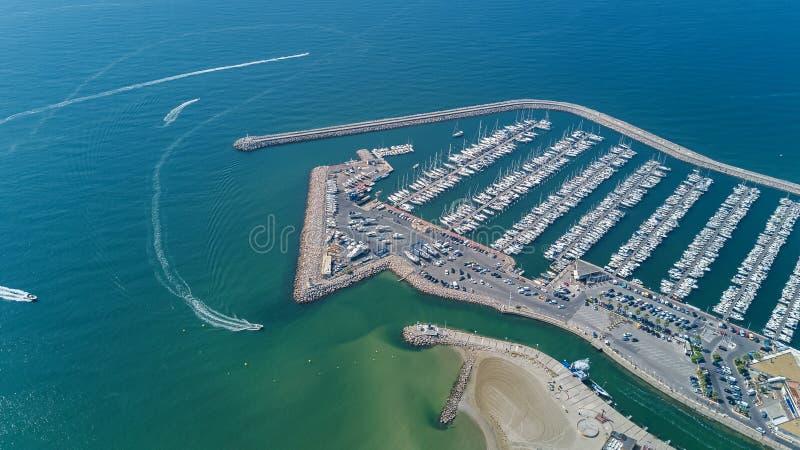 Воздушное взгляд сверху шлюпок и яхт в современной Марине сверху, Средиземное море, Франция стоковое фото rf
