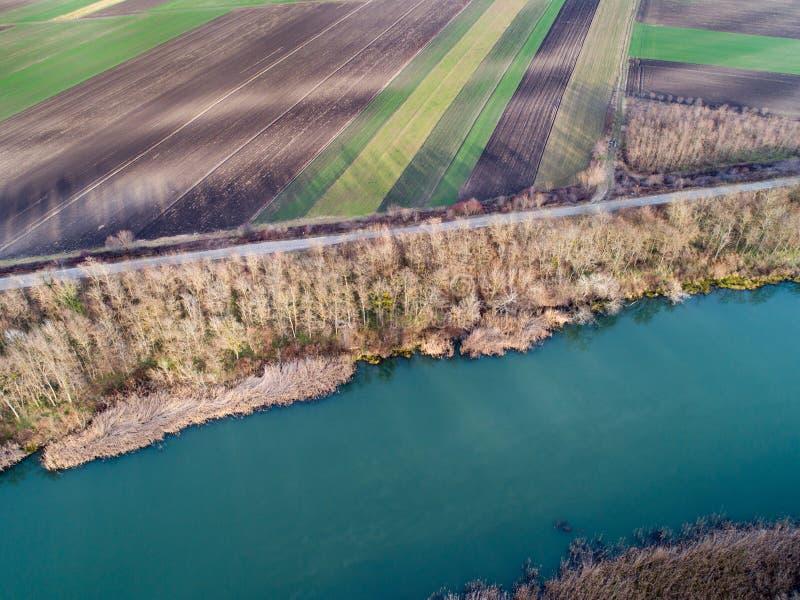 Воздушное изображение реки и аграрных полей стоковые изображения rf