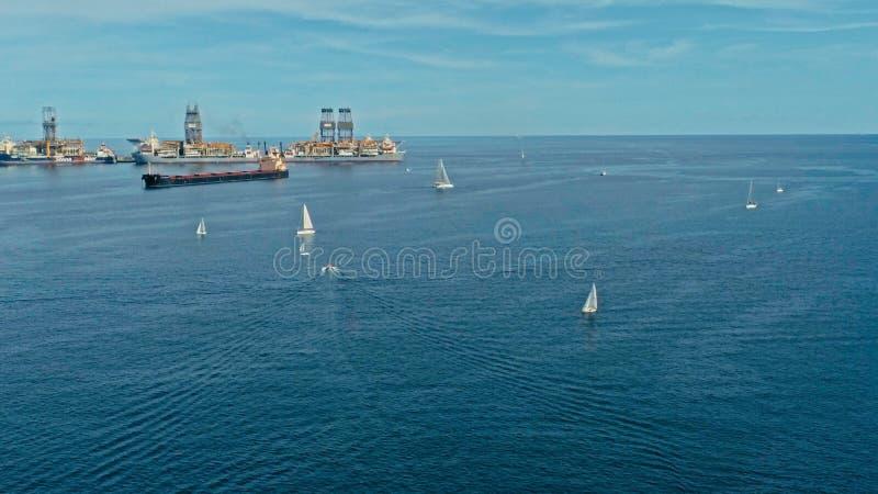 воздушное изображение трутня гавани с маленькими лодками кораблей нефтяного танкера грузового контейнера различными на зоне входа стоковая фотография