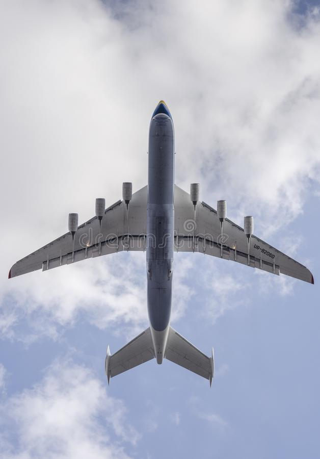 Воздушное судно Antonov An-225 Mriya принимает от airpor Gostomel стоковые изображения