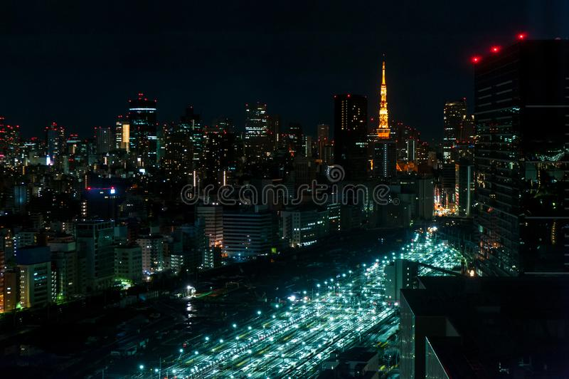 Воздушное фотографирование взгляда ночи Токио, Японии, футуристической станции стоковые изображения