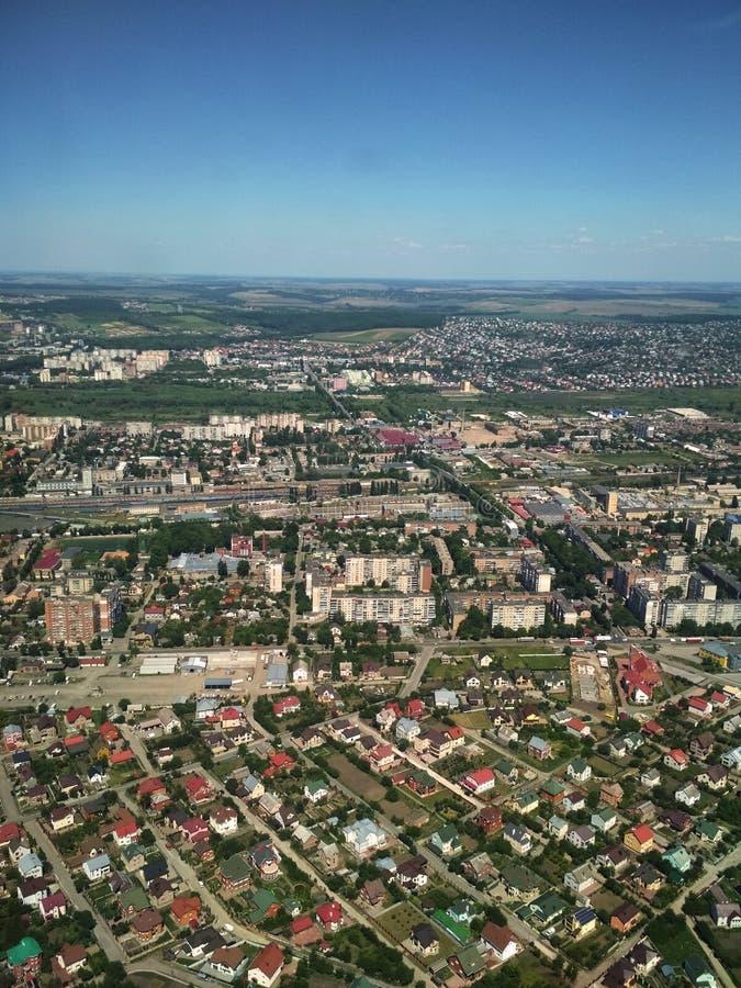 Воздушное фотографирование города, муха на городке стоковые изображения rf