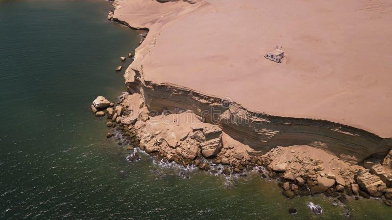 Воздушное фотографирование, церковь поверх каньона стоковое фото