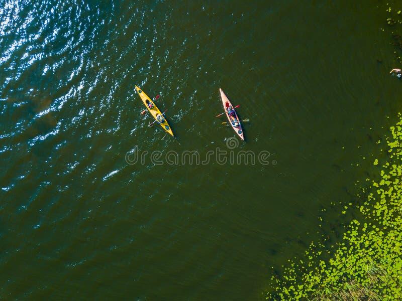 Воздушное фото взгляда глаза птицы трутня счастливой семьи с 2 детьми наслаждаясь ездой каяка на красивом реке Мальчик и стоковое изображение rf