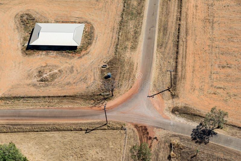 Воздушное фото дома около проселочных дорог стоковое изображение rf