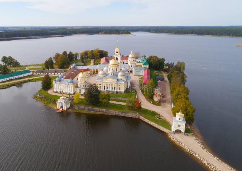 Воздушное фото монастыря St Nilo Stolobensky на озере стоковые изображения