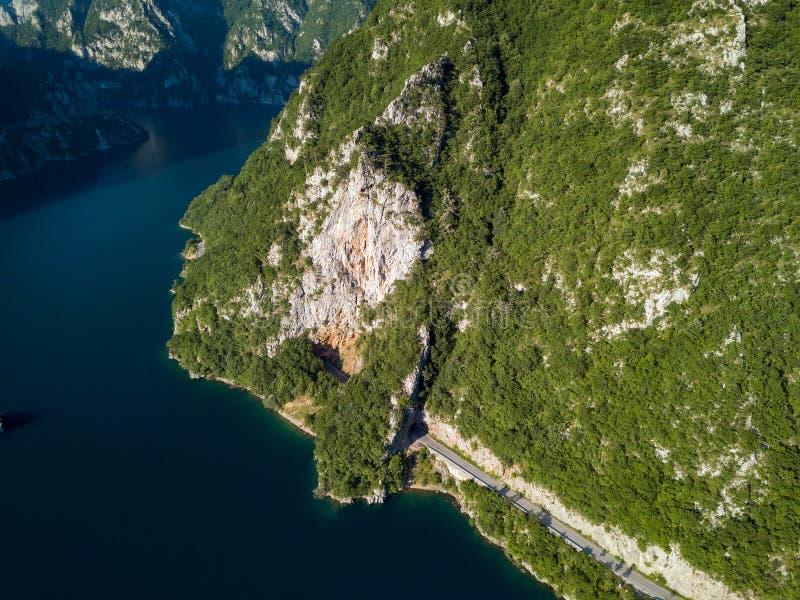 Воздушное фото озера Piva в Черногории стоковые изображения rf