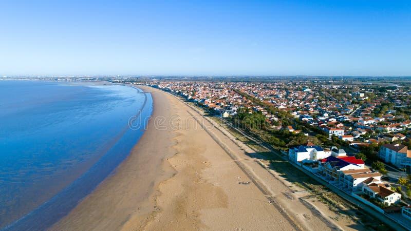 Воздушное фото пляжа Chatelaillon в Шаранта морском стоковое изображение