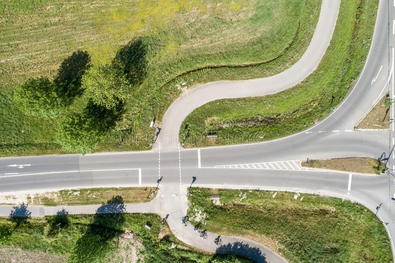 Воздушное фото пути цикла в Германии пересекая дорогу для автомобилей, вертикальный угол изображения стоковое фото