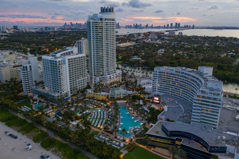 Воздушное фото сумерек гостиница Майами Фонтенбло стоковая фотография