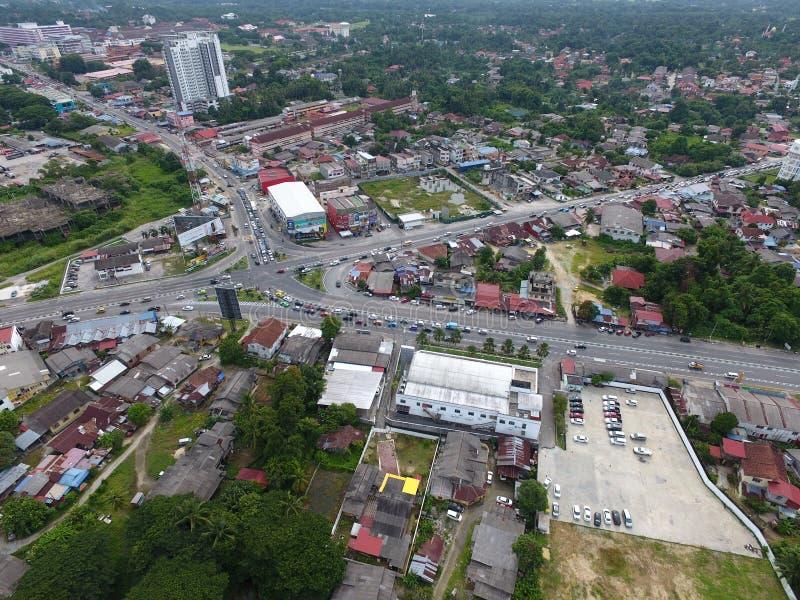 Воздушное фото транспортной развязки в городке стоковое фото rf