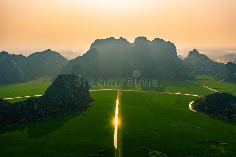 Воздушное фото трутня - горы и поля риса северного Вьетнама на заходе солнца стоковое изображение