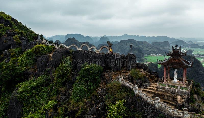 Воздушное фото трутня - женщина рядом со святыней дракона на горе в северном Вьетнаме Вид M.U.A. стоковые изображения
