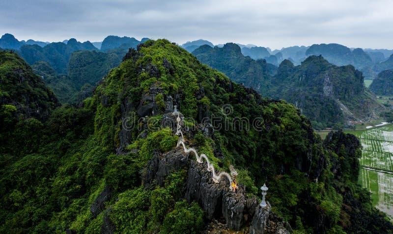 Воздушное фото трутня - женщина рядом со святыней дракона на горе в северном Вьетнаме Вид M.U.A. стоковые изображения rf