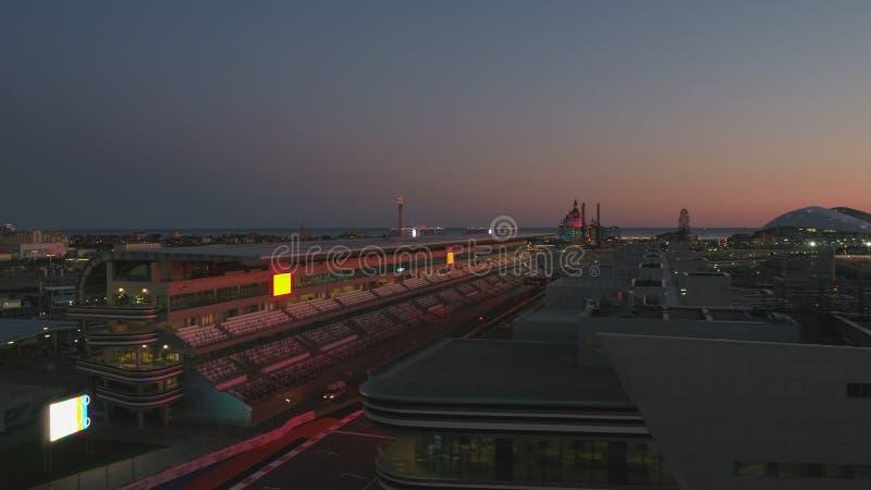 Воздушное OLIMPIC VILAGE, СОЧИ, РОССИЯ Олимпийская деревня в Сочи на ноче Изумительная перспектива фантастического Bogatyr стоковая фотография