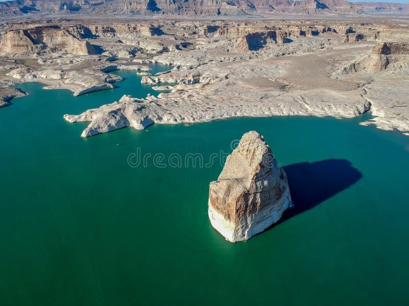 Воздушное vief уединенного утеса на озере Пауэлл, Аризоне, США стоковые фотографии rf