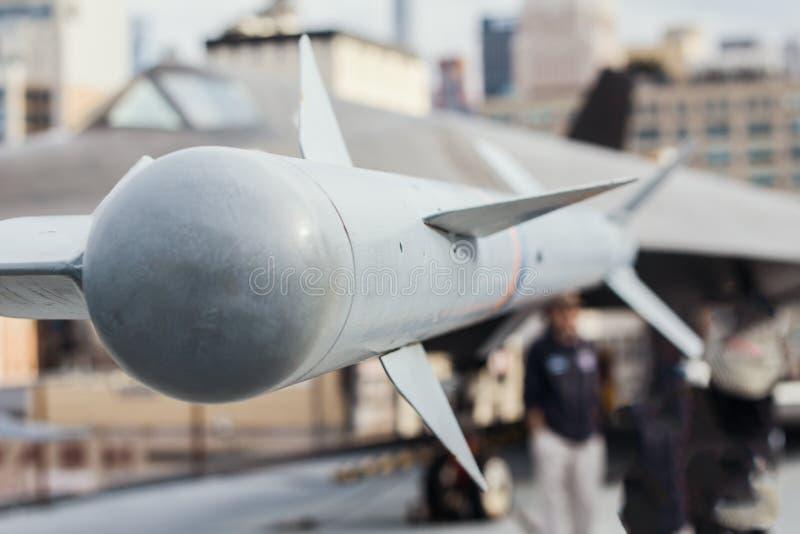 Воздушно-воздух ракеты приостанавливанный под крылом воздушных судн сражения стоковые фотографии rf