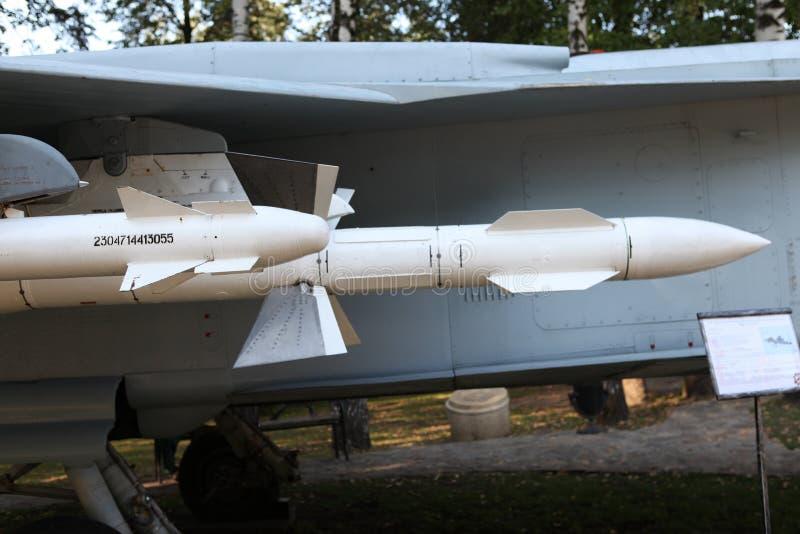 Воздушно-воздух ракеты приостанавливанный под крылом русского бойца стоковое изображение
