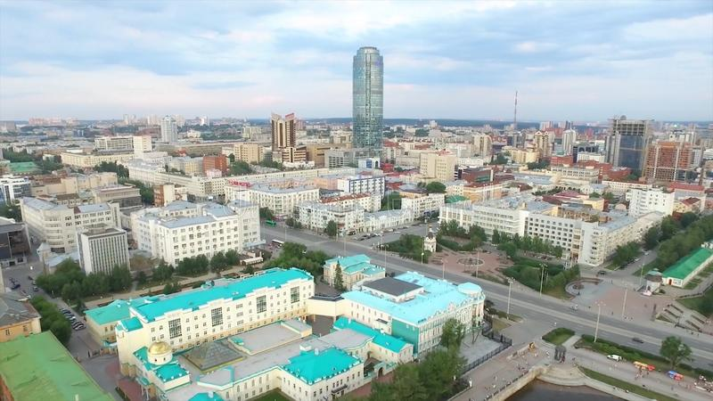 Воздушные горизонт центра города Екатеринбурга и река Iset Екатеринбург четвёртый по величине город в России и стоковое фото rf