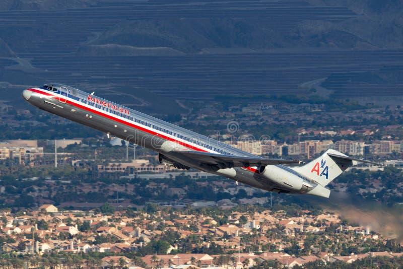 Воздушные судн америкэн эрлайнз McDonnell Douglas MD-83 принимая от международного аэропорта McCarran в Лас-Вегас стоковые фото