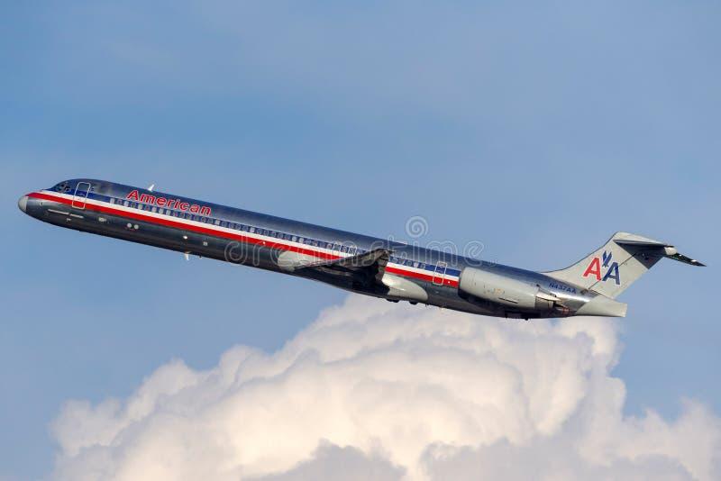 Воздушные судн америкэн эрлайнз McDonnell Douglas MD-83 принимая от международного аэропорта McCarran в Лас-Вегас стоковая фотография rf
