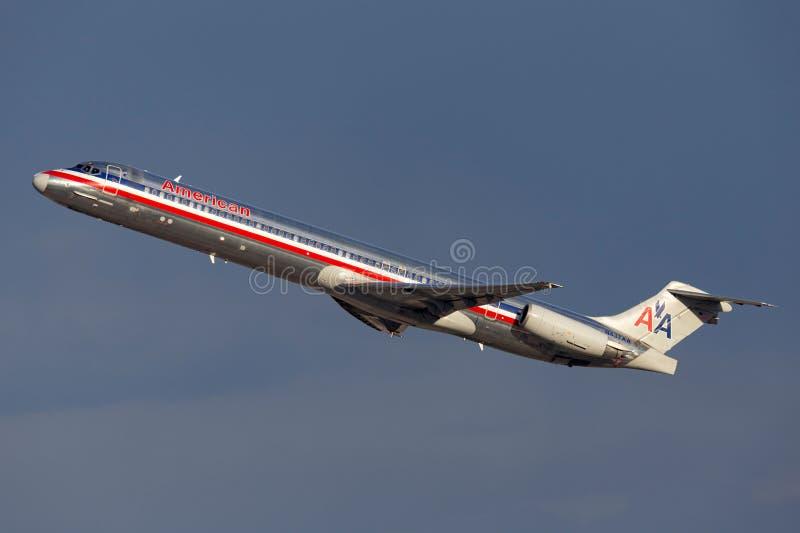 Воздушные судн америкэн эрлайнз McDonnell Douglas MD-83 принимая от международного аэропорта McCarran в Лас-Вегас стоковое изображение
