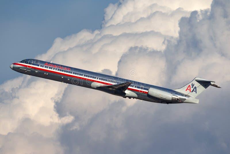 Воздушные судн америкэн эрлайнз McDonnell Douglas MD-83 принимая от международного аэропорта McCarran в Лас-Вегас стоковая фотография