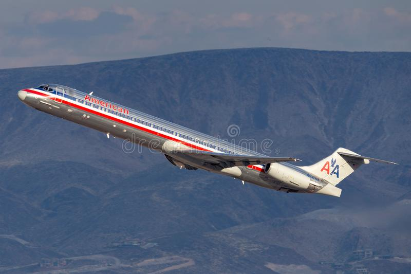 Воздушные судн америкэн эрлайнз McDonnell Douglas MD-83 принимая от международного аэропорта McCarran в Лас-Вегас стоковые изображения