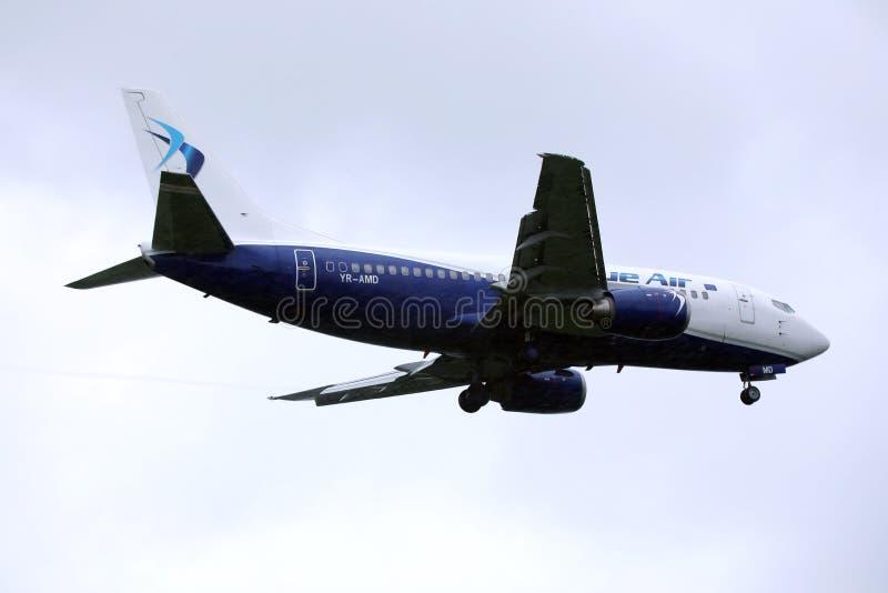 Воздушные судн голубого воздуха летая вверх в небо стоковые фотографии rf