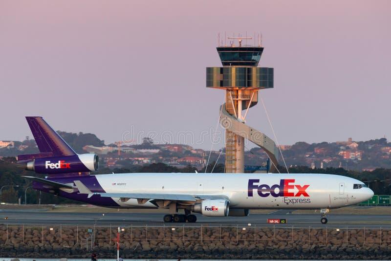 Воздушные судн груза Federal Express Federal Express McDonnell Douglas MD-11F в аэропорте Сиднея стоковые фотографии rf