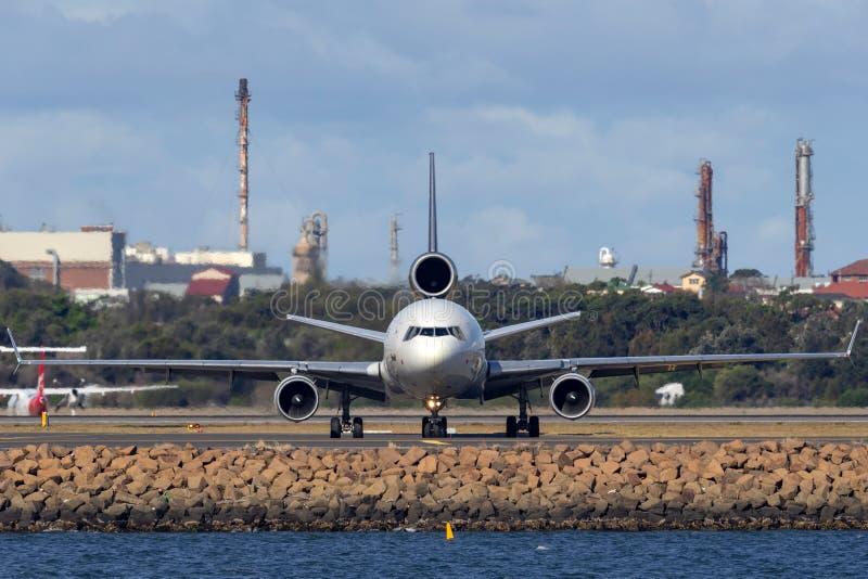 Воздушные судн груза UPS McDonnell Douglas MD-11F United Parcel Service в аэропорте Сиднея стоковое изображение rf