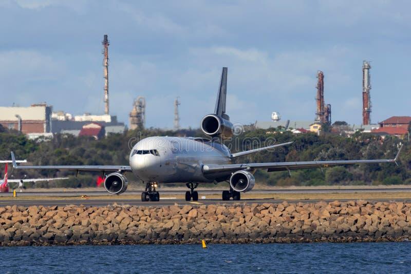 Воздушные судн груза UPS McDonnell Douglas MD-11F United Parcel Service в аэропорте Сиднея стоковая фотография rf