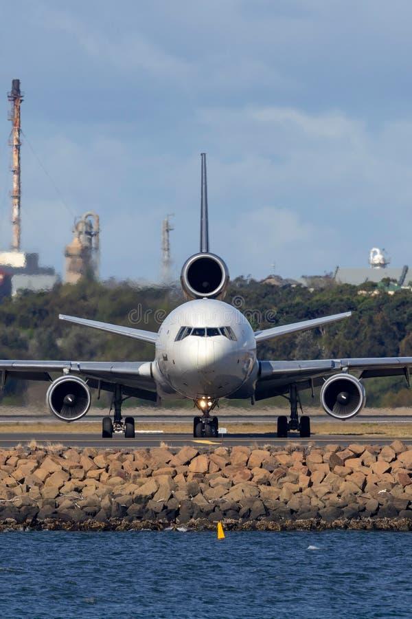 Воздушные судн груза UPS McDonnell Douglas MD-11F United Parcel Service в аэропорте Сиднея стоковые фотографии rf