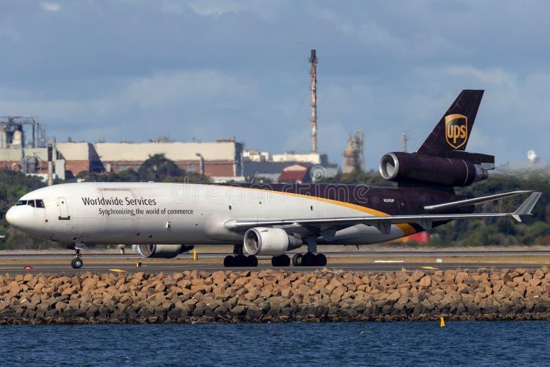 Воздушные судн груза UPS McDonnell Douglas MD-11F United Parcel Service в аэропорте Сиднея стоковое фото rf