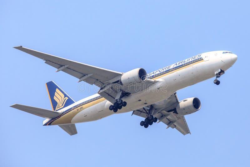 Воздушные судн или самолет Сингапоре Аирлинес на небе приземляясь к авиапорту Suvanabhumi стоковая фотография