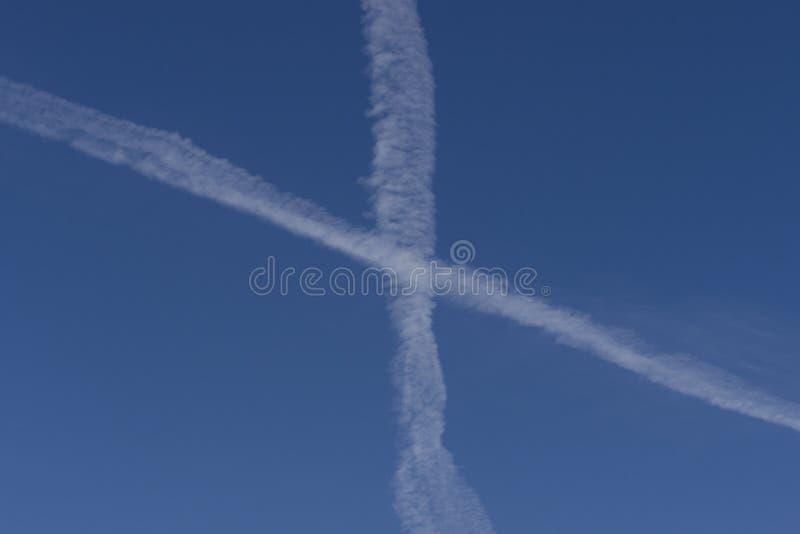 Воздушные судн испаряют следы стоковые изображения