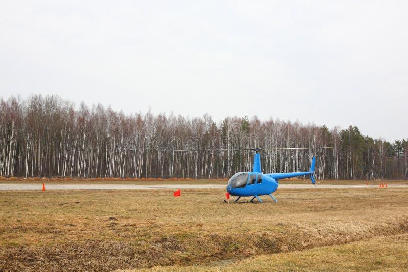Воздушные судн - малая голубая автостоянка вертолета стоковые изображения rf