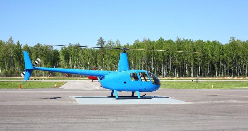 Воздушные судн - малый голубой вертолет стоковые фото