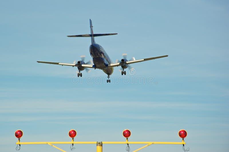 воздушные судн над взлётно-посадочная дорожкой стоковые изображения rf