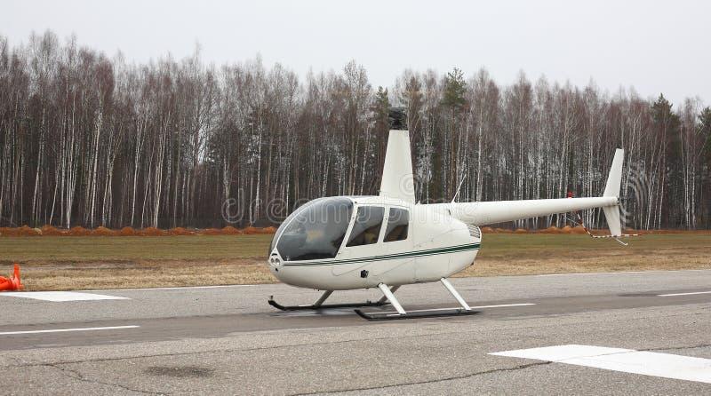 Воздушные судн - небольшой белый взгляд со стороны вертолета стоковые изображения rf