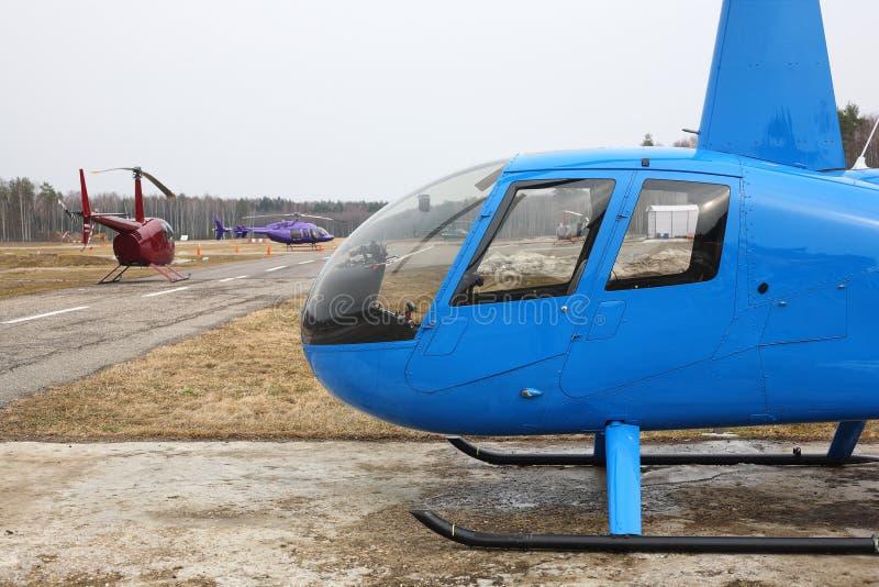 Воздушные судн - несколько малых вертолетов на автостоянке стоковое изображение
