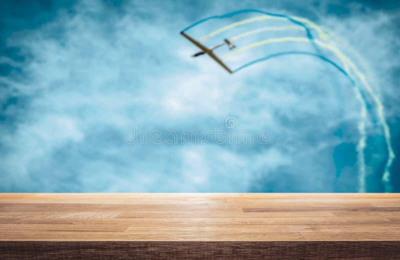 Воздушные судн планера вытягивают пилотажную петлю, следы цвета в авиасалоне стоковые фото