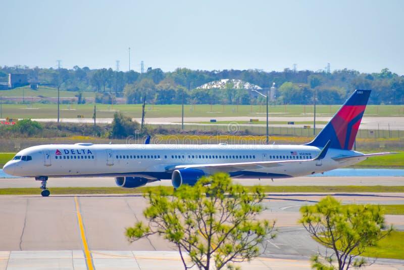 Воздушные судн Delta Airlines на взлетно-посадочной дорожке подготавливая для отклонения от международного аэропорта MCO 2 Орланд стоковые изображения