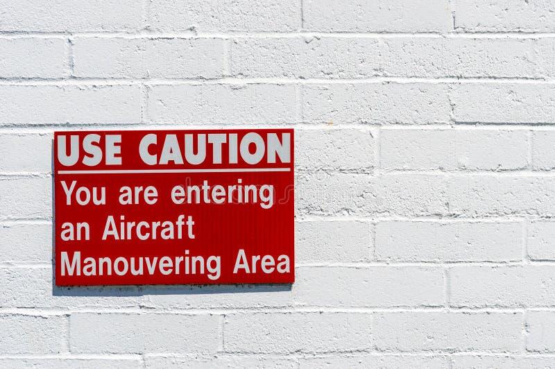 Воздушные судн manouvering красный и белый предупредительный знак повешенный на покрашенной кирпичной стене стоковое фото rf