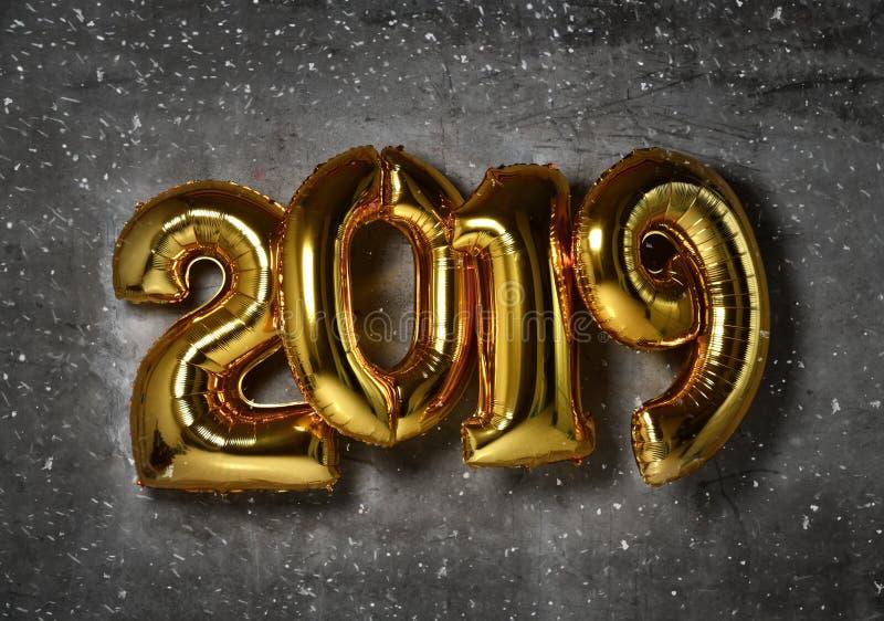 Воздушные шары 2019 золотых чисел рождества раздувные на Новом Годе предпосылки стены просторной квартиры стоковая фотография rf